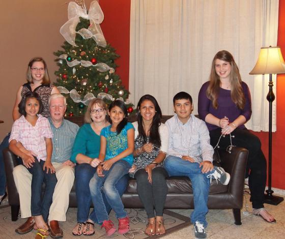 Familia Powell compartiendo con Abi y Ericka