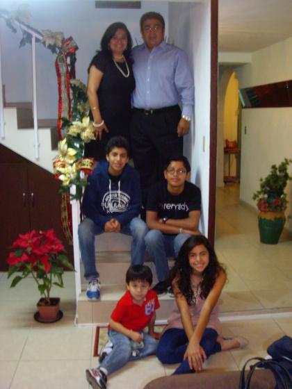 Oscar y Emanuel con Padres de Hogar Cefe, Elena e hijos.