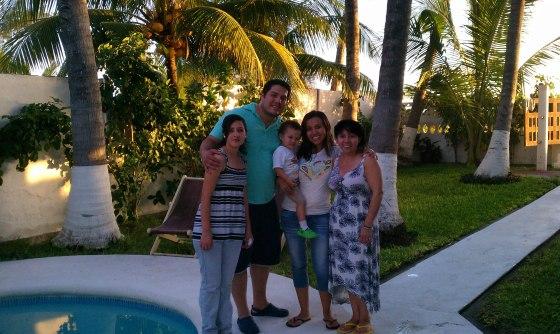 Silvia junto a Diana (Directora de Comunicaciones) y su familia