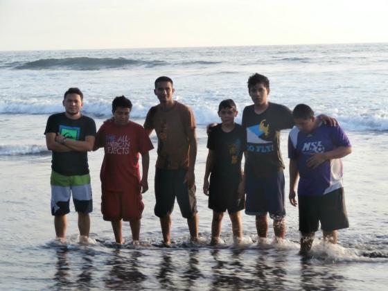 Tio Nestor, Luis, Tio Julio, Jonathan, Jansen y Pinto disfrutando en la playa.