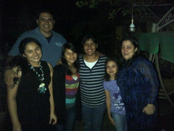 Carolina y Daniela en compañia de Juan Carlos, Milagro (Padres de Hogar) y sus hijas Elena y Sofia.