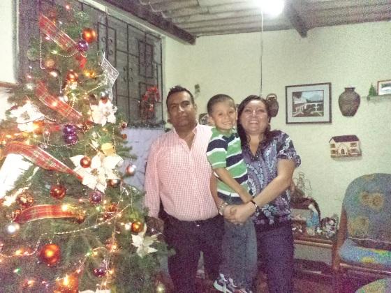 Ricardo consentido por Norys (Trabajadora Social) y su esposo.