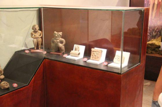 The lower level was filled with artifacts from Mexico, Guatamala and El Salvador. El primer nivel tiene gran cantidad de artículos de Méjico, Guatemala y El Salvador.