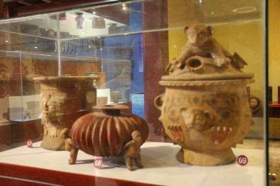 These are urns used to hold ashes. Estas urnas eran utilizadas para guardar cenizas.