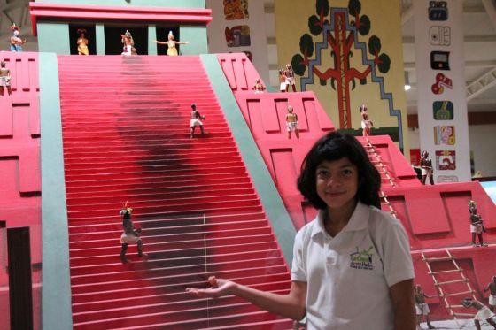 Here is a representation of a Mayan temple. Esta es una representación de un templo Maya.