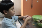 Peeling the tamarindo